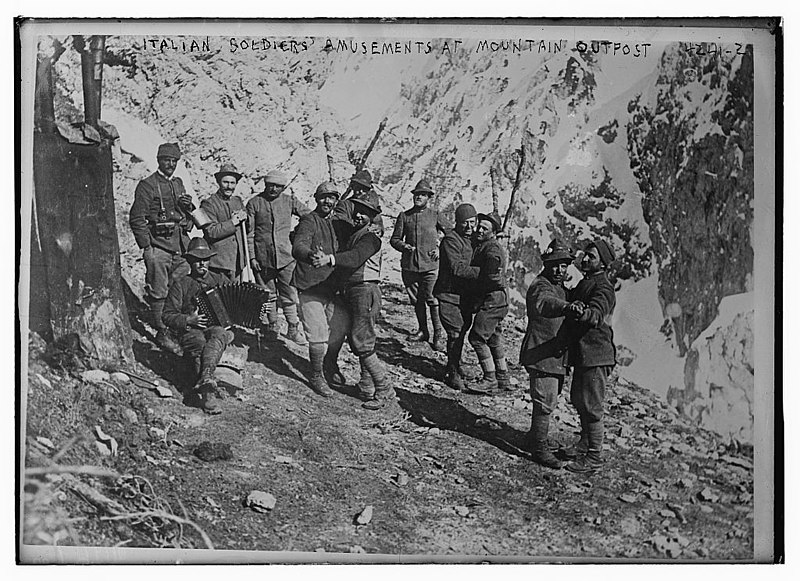 800px-Italian_soldiers'_amusements_at_mountain_outpost_LOC_19305686866